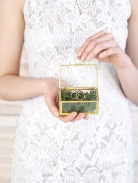 Szklana szkatułka pod obrączki ze złotą ramką