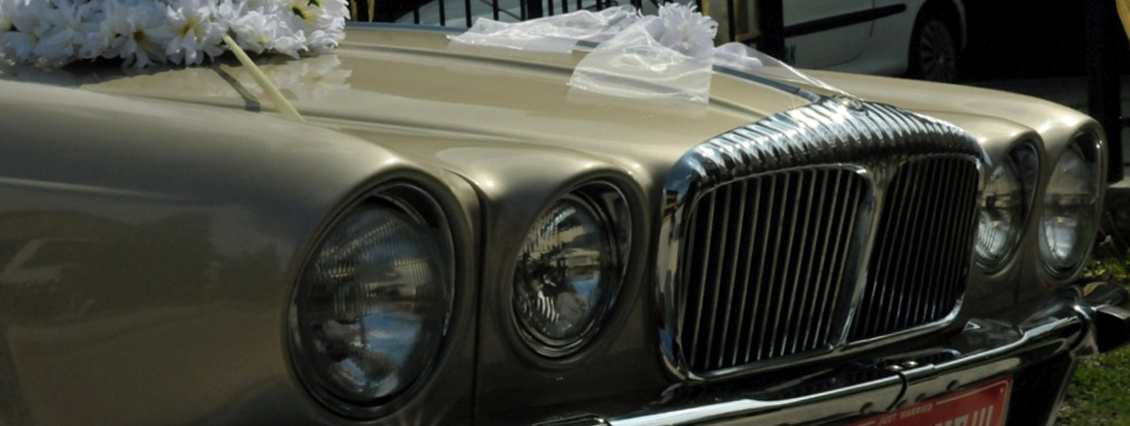 Nowoczesny czy zabytkowy samochód na wesele