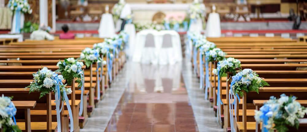 Dekoracje kościoła na ślub – czym się kierować wybierając dekoracje