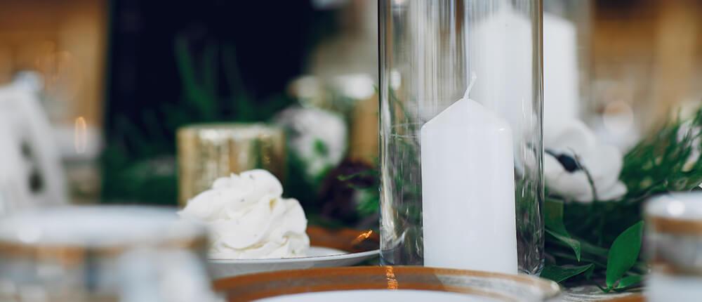 Świece jako dodatek na stołach weselnych